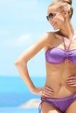 Hembra bonita con las gafas de sol encendido en la piscina Foto de archivo libre de regalías