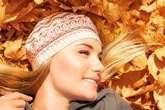 Hembra bonita en fondo del otoño Fotografía de archivo