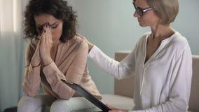 Hembra cabelluda rizada triste que habla de problemas de la relación con el psicólogo almacen de video