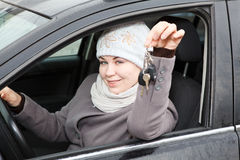 Mujer que mira en ventanilla del coche Foto de archivo libre de regalías