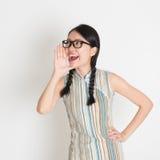 Hembra china asiática que grita ruidosamente Imágenes de archivo libres de regalías