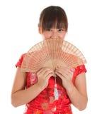 Hembra china del cheongsam con la fan Imagenes de archivo
