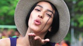 Hembra colombiana que sopla un beso Fotografía de archivo