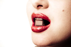 Hembra con el chocolate en sus labios atractivos Fotos de archivo libres de regalías