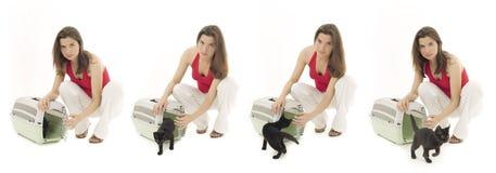 Hembra con el gato en portador del animal doméstico Imágenes de archivo libres de regalías