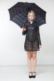 Hembra con el paraguas negro, fondo integral, blanco Fotos de archivo libres de regalías
