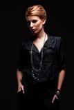 Hembra con estilo en camisa negra Foto de archivo libre de regalías