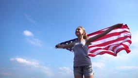 Hembra con la bandera de los E.E.U.U. en naturaleza almacen de video