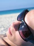 Hembra con las cortinas en la playa Fotografía de archivo libre de regalías