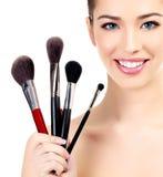 Hembra con los cepillos cosméticos Fotografía de archivo libre de regalías