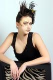 Hembra con maquillaje loco y pelo que lleva un vestido poco negro Imagen de archivo