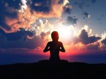 hembra 3D en actitud de la yoga contra un cielo de la puesta del sol Fotos de archivo
