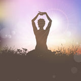 Hembra de la yoga en el sunst Imagenes de archivo