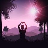 Hembra de la yoga en paisaje tropical Imagen de archivo libre de regalías