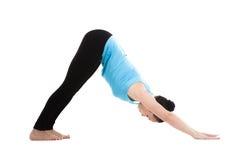Hembra de la yogui en shvanasana del mukha del ardha de la actitud de la yoga Imágenes de archivo libres de regalías