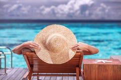 Hembra de lujo en la playa Fotos de archivo libres de regalías