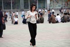 Hembra de Pyongyang con el teléfono móvil fotos de archivo libres de regalías