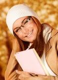 Hembra del estudiante en parque del otoño Fotografía de archivo libre de regalías