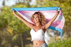 Hembra del transexual con la bandera del orgullo imagenes de archivo