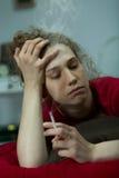 Hembra deprimida con el cigarrillo Fotografía de archivo libre de regalías