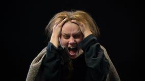 Hembra desesperada que grita en el dolor, trastorno mental del sufrimiento, pesadilla almacen de video