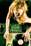 Hembra DJ en la placa giratoria en club Imagen de archivo libre de regalías