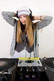 Hembra DJ en las placas giratorias Foto de archivo libre de regalías
