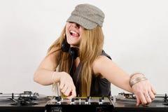 Hembra DJ que ajusta el nivel de sonido y la echada Foto de archivo libre de regalías