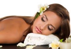 Hembra durante el procedimiento lujoso del masaje Foto de archivo libre de regalías