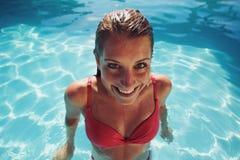 Hembra en bikini que sonríe en la cámara que parece divertida Foto de archivo libre de regalías