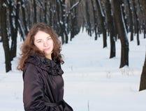 Hembra en bosque del invierno Fotos de archivo libres de regalías