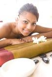 Hembra en cama del masaje Foto de archivo libre de regalías