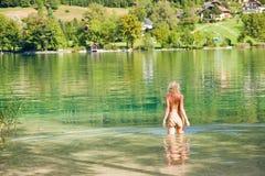 Hembra en el lago alpestre imagen de archivo