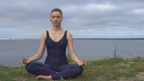 Hembra en la actitud clásica de la yoga, concentración de la energía metrajes