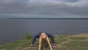 Hembra en la actitud clásica de la yoga, concentración de la energía almacen de video