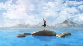 Hembra en la posición de la yoga en el océano Foto de archivo libre de regalías