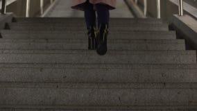 Hembra en las botas brillantes de moda del tacón alto que van arriba, calidad del calzado almacen de video