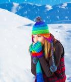Hembra en montañas del invierno Imagen de archivo libre de regalías