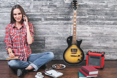 Hembra en piso con la guitarra Fotografía de archivo