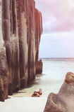 Hembra en un deach contra el mar Fotos de archivo libres de regalías