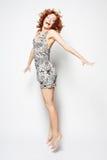 Hembra encantadora joven en el salto del vestido Foto de archivo libre de regalías