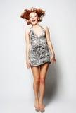 Hembra encantadora joven en el salto del vestido Fotografía de archivo