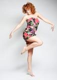 Hembra encantadora joven en el salto del vestido Fotos de archivo