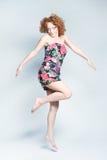 Hembra encantadora joven en el salto del vestido Imagenes de archivo
