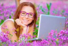 Hembra feliz con el ordenador portátil afuera Imagen de archivo