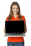 Hembra feliz que muestra una pantalla de la computadora portátil Foto de archivo