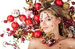 Hembra hermosa con las decoraciones de la Navidad fotografía de archivo libre de regalías