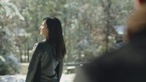 Hembra hermosa de Latina en la capa atractiva que da vuelta a la cámara Retrato de la mujer con el pelo marrón largo que sonríe e almacen de metraje de vídeo