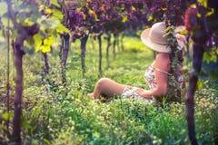 Hembra hermosa en el vestido en el viñedo Imagen de archivo libre de regalías