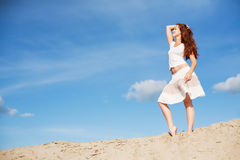 Hembra hermosa en las dunas de arena Imagen de archivo